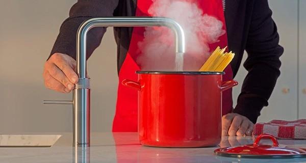 Køkkenarmatur med kogende vand